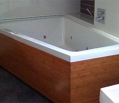 Wirlpool und Badewanne - Holzverkleidung