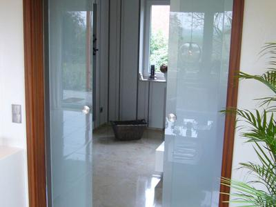 Glasschiebetüre mit Synchronbeschlag aus Palisander