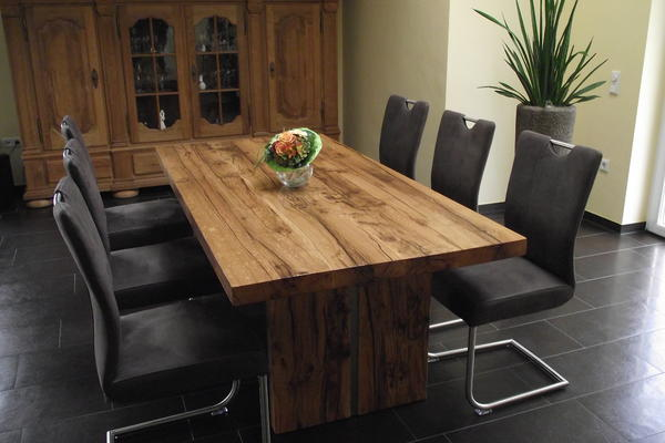 Tisch aus Altholz gefertigt