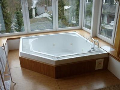 Badewanne - Holzverkleidung Wirlpool