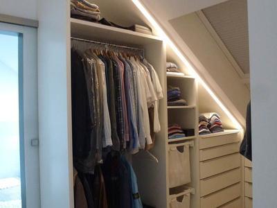 Begehbarer Kleiderschrank mit integrierter Beleuchtung